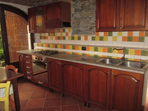cucina arredata con elettrodomestici